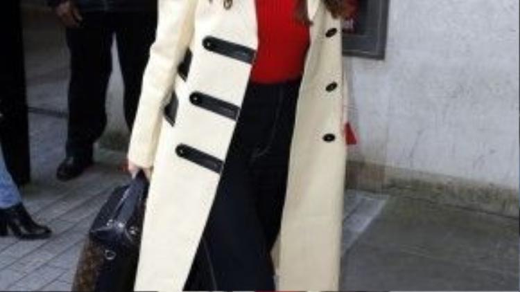 Cô đã đi đến BBC Radio sáng nay với set đồ bao gồm: chiếc áo khoác khổng lồ, một chiếc áo len màu đỏ mix cùng quần jean ống suông.