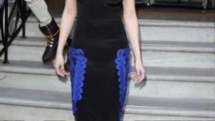 Rời khỏi khách sạn, Selena Gomez biến đổi không ngừng với những phong cách thời trang khác nhau. Cô diện chiếc bodycon khoe trọn đường cong cơ thể.