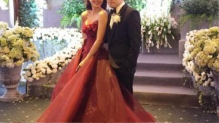 Cô dâu Ngọc Diệp mặc bộ váy đỏ bồng bềnh tuyệt đẹp e ấp bên Victor Vũ.