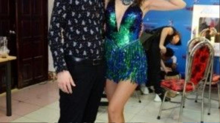 Jennifer và bạn nhảy.