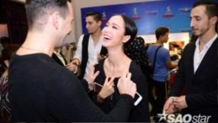 Daniel trò chuyện vui vẻ cùng Vũ Ngọc Anh, trước đó anh từng xuất hiện trong họp báo ra mắt chương trình Bước nhảy Hoàn vũ.