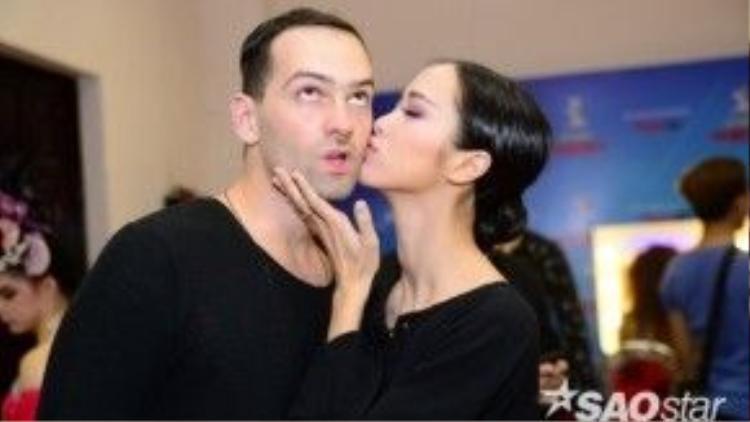 Nữ diễn viên không ngần ngại dành cho Daniel một nụ hôn ngọt ngào.