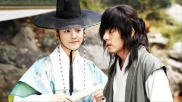 """Song Joong Ki và Yoo Ah In trong """"Sungkyunkwan Scandal"""" bộ phim giúp cả 2 giật giải thưởng """"Cặp đôi đẹp nhất"""" màn ảnh KBS năm 2010."""