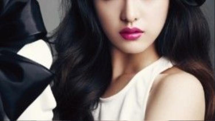Kim Ji Won với điệu bộ đúng chuẩn của một nàng tiểu thư đài các và sang trọng.