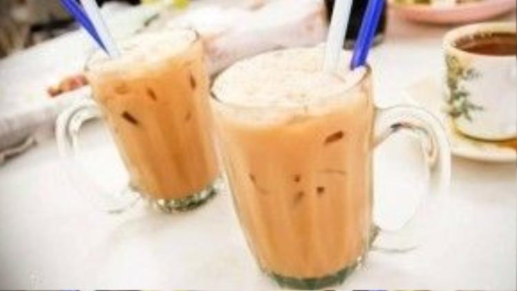 """Teh tarik chỉ đơn giản là thức uống được chế biến từ trà và sữa nhưng lại có hương vị thơm ngon đặc trưng đầy quyến rũ. Trà teh tarik theo tiếng Mã Lai nghĩa là """"uống một hơi""""."""