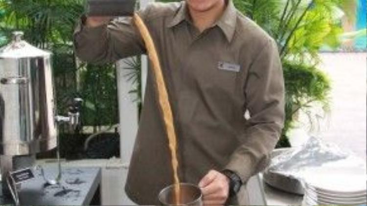 Đơn giản về nguyên liệu nhưng kỹ thuật pha chế đã làm nên món teh tarik trứ danh, nổi tiếng của Malaysia. Chính phủ nước này cũng đã công nhận teh tarik là một di sản ẩm thực quốc gia.