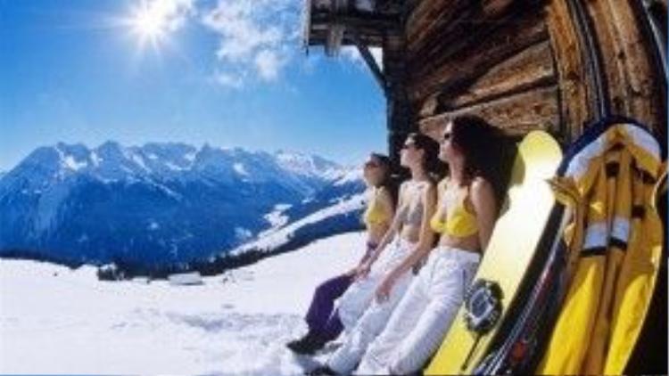 """Các nữ""""quản gia"""" xinh đẹp, nóng bỏng cũng là một yếu tố thu hút khách của các resort trượt tuyết."""