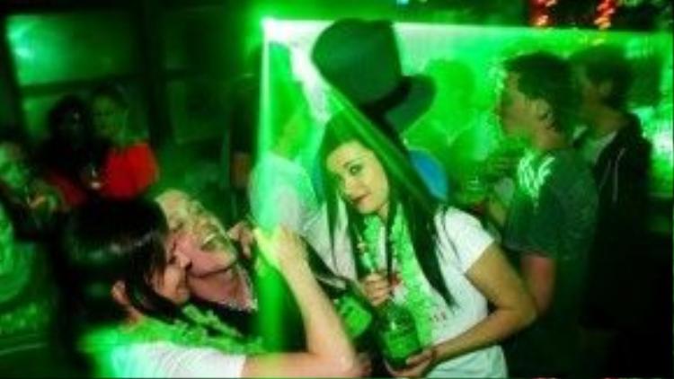 """Khi màn đêm buông xuống, các nữ """"quản gia"""" sẽ cùng khách """"quẩy"""" hết mình trong những bữa tiệc linh đình trong quán bar."""