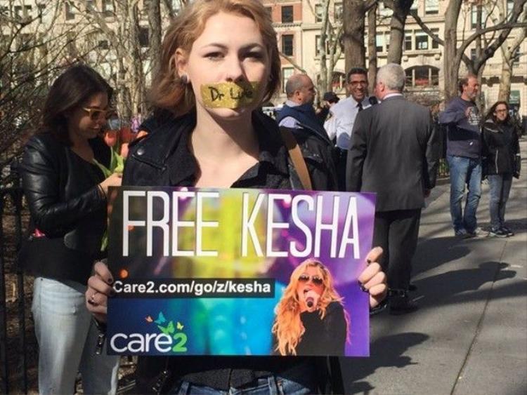 Fan Kesha mang hơn 411.000 chữ ký ủng hộ đến tận trụ sở Sony 'dằn mặt'