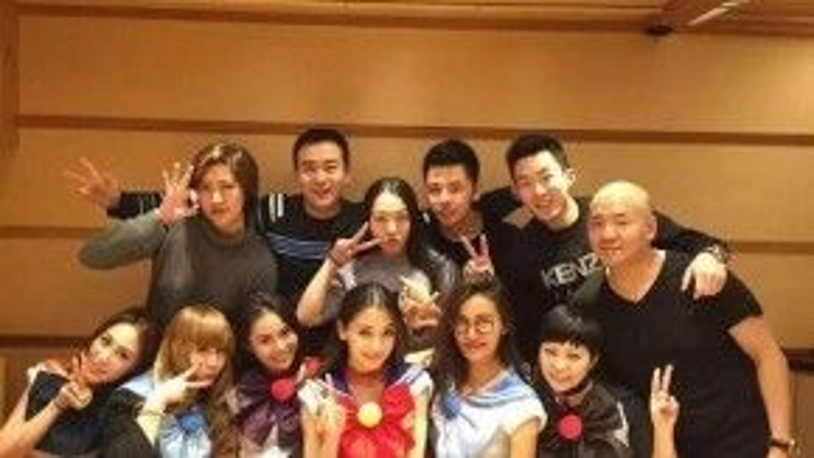Trợ lý và các nhân viên của Angela Baby được tổ chức tiệc và cùng nhau cosplay trong sinh nhật cô ấy.
