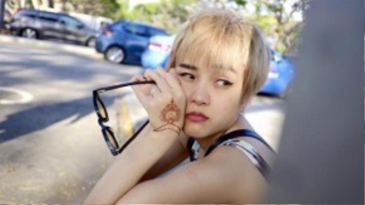 Trào lưu tóc tém của cô bạn Min Ha Ri trong phim She was pretty vẫn còn làm mưa làm gió khá lâu. Cụ thể là Bảo Trâm từ sau khi nhuộm tóc mới cũng đã học hỏi gu ăn mặc hệt như nữ diễn viên người Hàn.