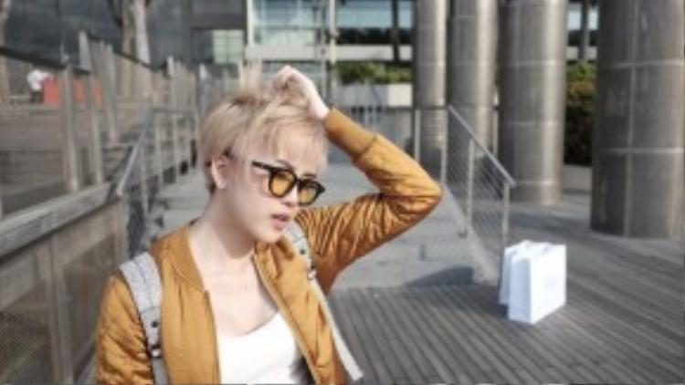 Màu tóc cũng là yếu tố quyết định đến sự thay đổi mái tóc, Trâm chọn tông bạch kim hơi ánh vàng…