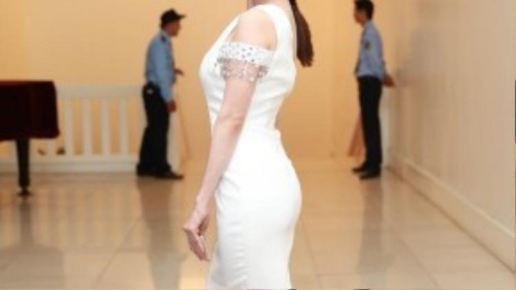 Sỹ Thanh cũng có mặt trong đêm Gala với váy trắng ôm cùng phần hở ở vai cực kì lạ lẫm.