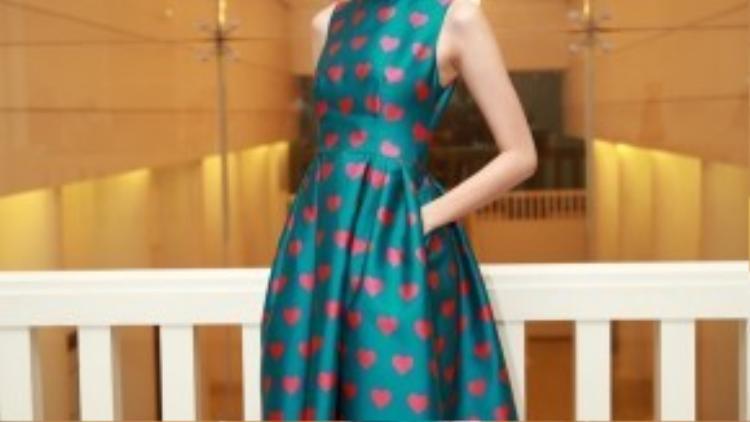 """Thanh Thảo next top khoe dáng cùng chiếc váy trong bộ sưu tập """"Love"""" của nhà thiết kế Đỗ Mạnh Cường."""