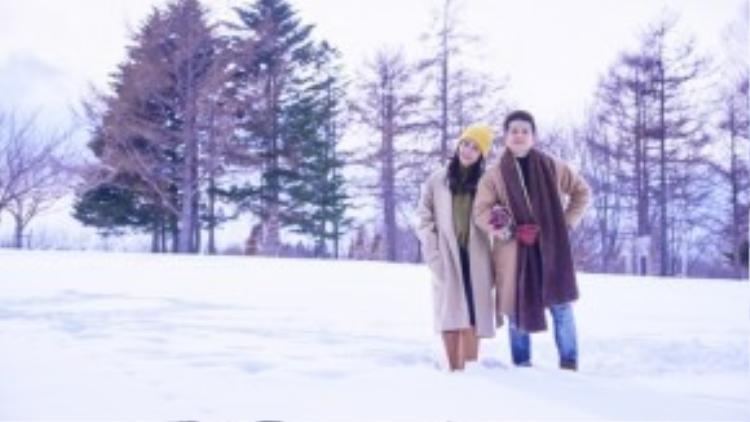 """Sau 7 năm yêu nhau có thể thấy tình cảm của Đông Nhi và Ông Cao Thắng vẫn như là những ngày đầu tiên. Bằng chứng là khi xem qua MV I Wanna Be Your Love, chắc chắn người xem không khỏi xuýt xoa và """"ghen tị"""" với những hành động ngọt ngào, hạnh phúc mà cặp đôi này dành cho nhau. Từ những cảnh quay khám phá thành phố Sapporo, ăn uống cho đến trượt tuyết… đều vô cùng đáng yêu và lãng mạn."""