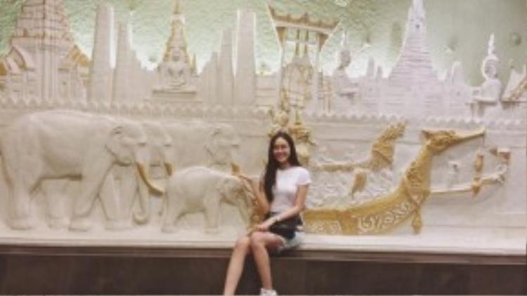Bí quyết để hành lý du lịch của cô trở nên gọn nhẹ chính là tiết chế những món đồ phụ kiện như túi xách, giày dép vì vậy một chiếc túi xách quai chéo có thể bao trọn cuộc hành trình tại xứ sở chùa Vàng.