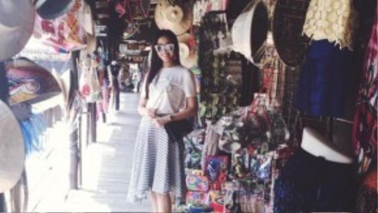 Những danh lam thắng cảnh cô đặt chân qua như làm phông nền để chân dài nổi bật hơn qua mỗi shot hình lưu giữ lại kỷ niệm chuyến du lịch.