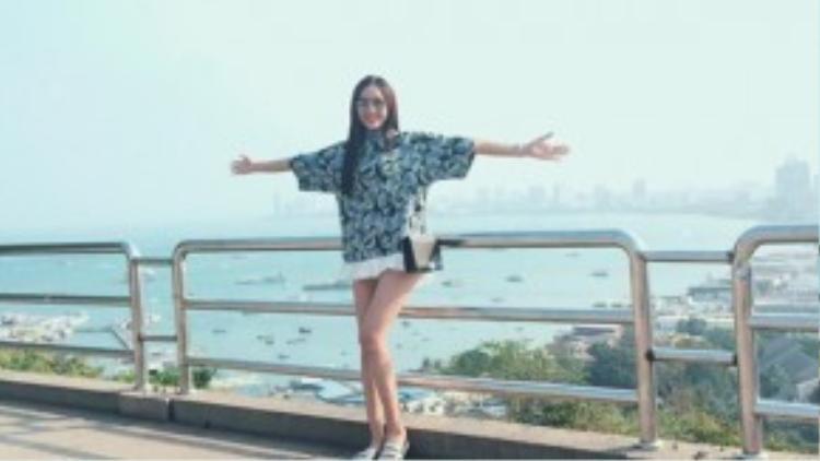Đôi dép quai màu bạc là lựa chọn mới của cô cho những ngày dạo chơi tiếp theo trên đất nước Thái Lan xinh đẹp.