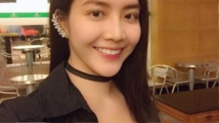 Vòng choker đan dây màu đen cùng khuyên bao hết vành tai khiến cô cá tính và trẻ trung hơn.