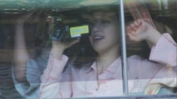 Khi ngồi trên xe, Eunjung dùng máy quay ghi lại khoảnh khắc cuồng nhiệt của fan Việt. Mỗi khi xe dừng ở đèn đỏ và có thêm thời gian giao lưu cùng fan, cô không quên ra hiệu, nhắc nhở người hâm mộ cẩn thận, chú ý đường đi để tránh xảy ra tai nạn trong lúc di chuyển.