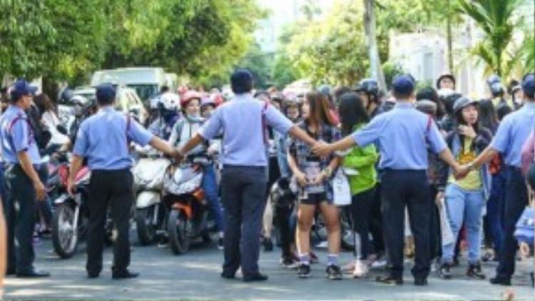Hàng chục nhân viên an ninh phải lập thành hàng rào, chặn xe và lối đi của fan Việt khi hai thành viên T-ara di chuyển vào phòng tập.