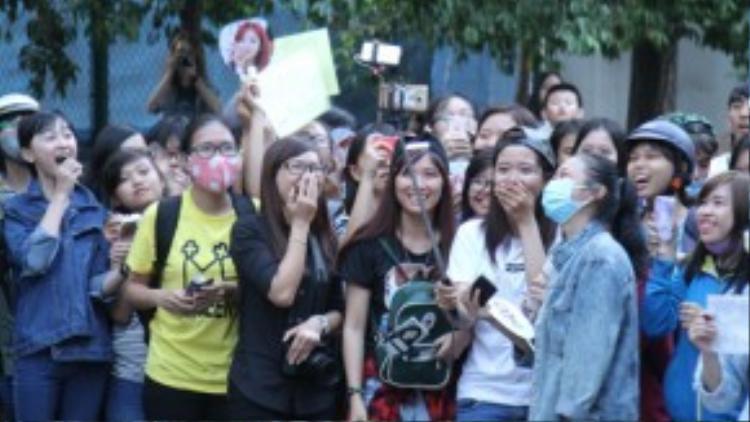 Lúc bấy giờ, ở bên ngoài cũng náo nhiệt không kém khi có hàng trăm fan Việt đứng chờ từ 4h chiều đến 7h tối để được gặp hai cô nàng xinh đẹp.
