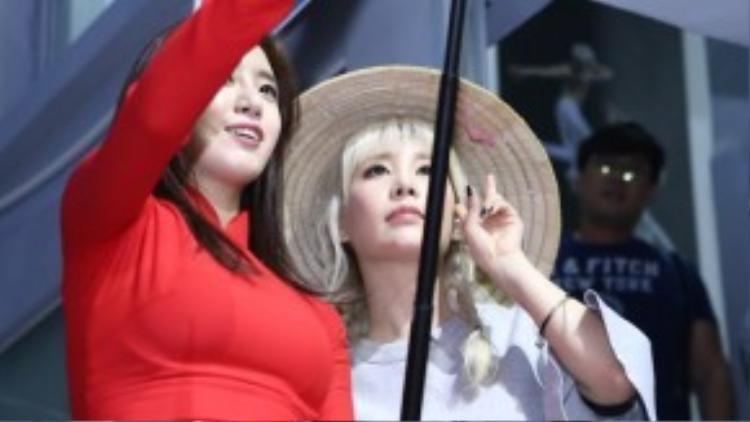 """Để đáp lại tình cảm của fan, hai thành viên xinh đẹp trong nhóm T-ara đã nán lại khá lâu trước cửa ra vào để dùng gậy """"tự sướng"""", quay lại những khoảnh khắc đáng nhớ cùng người hâm mộ Việt Nam."""