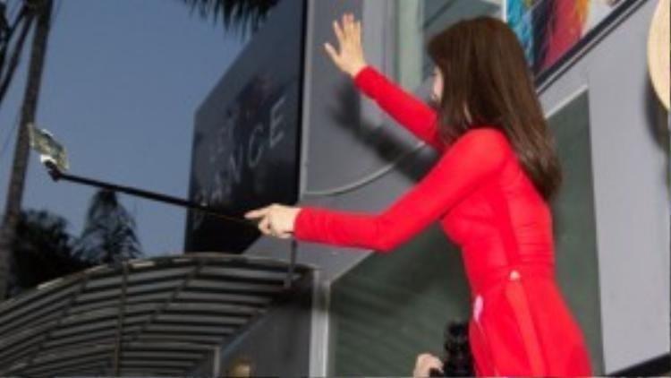 Eunjung thân thiện vẫy tay chào fan.