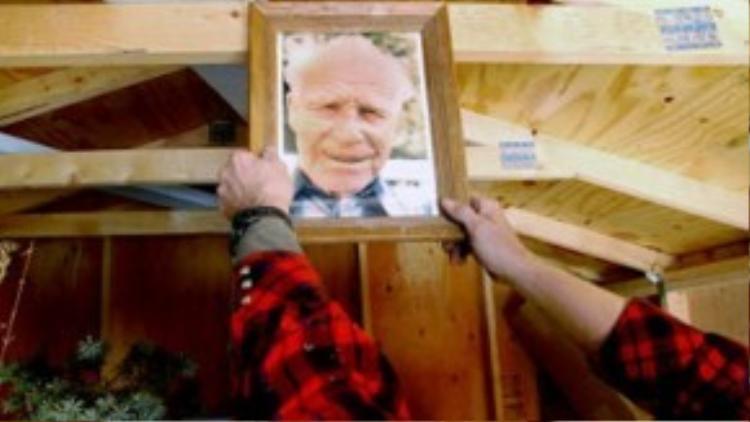 Năm 1989, Trygve, một công dân Na Uy đã mang xác chết người ông quá cố tên Bredo Morstoel đến Mỹ. Thi thể được bảo quản trong băng suốt chuyến đi và được lưu trữ trong ni-tơ lỏng tại cơ sở Ướp xác chờ hồi sinh Trans Time tại San Leandro, California từ năm 1990 đến năm 1993. Năm 1993, thi thể Bredo trở về thành băng khô, chuyển đến Nederland nơi Trygve và mẹ, bà Aud lên kế hoạch tạo dựng cơ sở cryonics của riêng mình. Ảnh: mnginteractive.