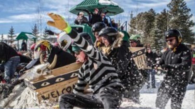 Người dân và truyền thông địa phương lưu truyền câu chuyên về ông Bredo. Năm 2002, lấy ý tưởng đó, lễ hội chủ đề Người chết đóng băng ra đời, từ đó được tổ chức hàng năm với nhiều hoạt động thú vị nhằm thu hút thêm nhiều khách du lịch tới Nerderland. Ảnh: yellowsence.