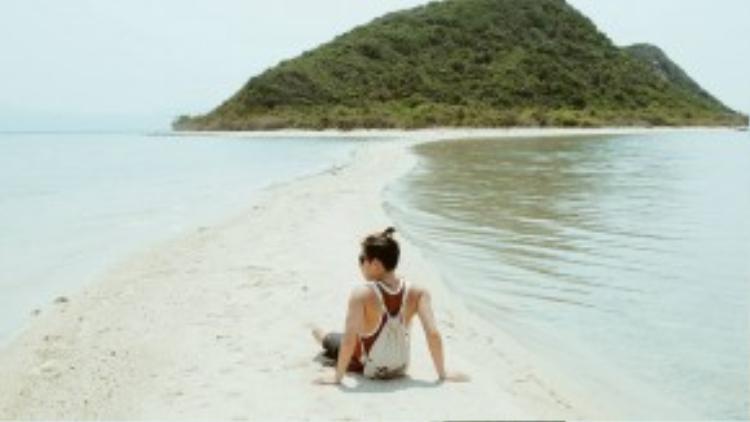 """Theo chia sẻ từ Quang Hý - một phượt thủ mới trở về từ Điệp Sơn: """"Điệp Sơn rất đẹp. Hòn đảo này chỉ mới bắt đầu đón du khách từ cuối năm 2015, thế nên mọi thứ vẫn còn rất yên bình và vắng bóng hoạt động du lịch. Mình đãở lại trên đảo ăn trưavới giákhoảng 23 nghìn đồng/phần, sau đó thì về Nha Trang trong ngày"""". Ảnh: Quang Hý."""