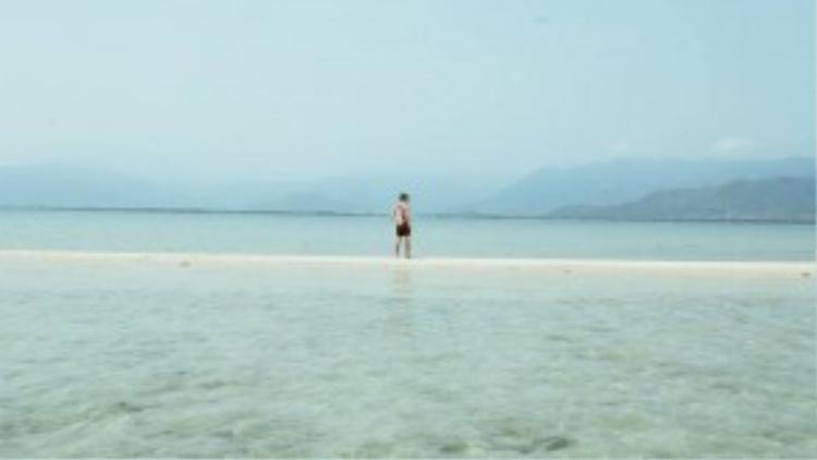 Nước biển xâm xấp doi cát nên chỉ cần khéo léo chụp ảnh ở góc thấp, du kháchsẽ trông như đang đi trên mặt biển. Ảnh: Quang Hý.