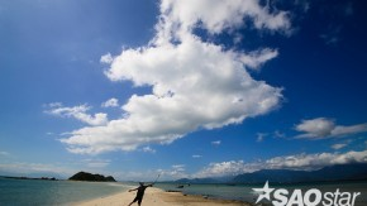 Khi nước rút, bạn có thể đi bộ dễ dàng trên con đường cát trắng tinh trồi lên giữa mặt đại dương xanh thẳm.