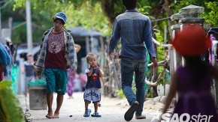 Là một xã nghèo thuộc tỉnh Khánh Hòa, người dân nơi đây vẫn chủ yếu bám biển trên những chiếc ghe, tàu nhỏ, thu nhập thấp và bấp bênh.