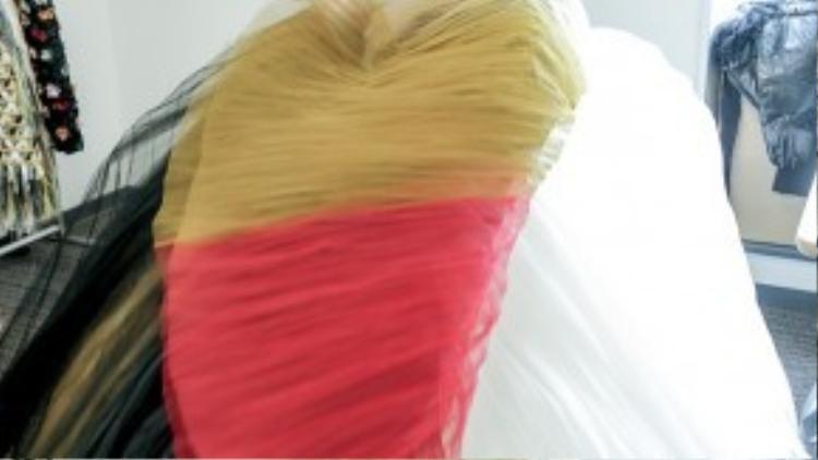 90% chất liệu của BST là lụa tơ tằm Việt Nam, đặc biệt là lụa Lãnh Mỹ A được dệt thủcônghoàn toàn. 10% còn lại thuộc về các chất liệu khác dành cho kĩ thuật dựng may.