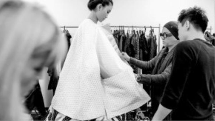 """Nữ người mẫu cao 1m78 sẽ vào vị trí first face và vị trí vedette cuối cùng cho BST No.9 mang tên """"Lúa"""" tạiTokyo Fashion Week của NTK Công Trí. Cô tin rằng với sự chuẩn bị kĩ lưỡng, tâm huyết của Công Trí trong từng thiết kế, nữ người mẫu sẽ làm hết mình để truyền tải những tinh hoa sáng tạo của BST No.9 lần này đến với công chúng mộ điệu thời trang quốc tế."""
