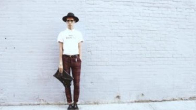 """Mũ và mắt kính là hai phụ kiện thời trang được Fuji Nguyễn ưu tiên """"kết thân"""" mỗi khi ra đường."""