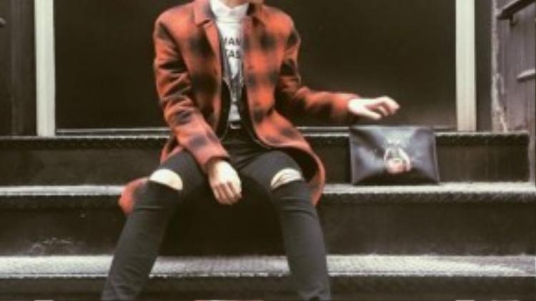 Layer nhiều lớp khi khoác thêm chiếc áo dạ caro nổi bật cùng giày ánh kim bắt mắt. Fuji một lần nữa biến mình không còn là chàng trai thích ẩn mình trong đống quần áo to sụ khi trời lạnh với sự nhàm chán của những gam màu xám xịt.