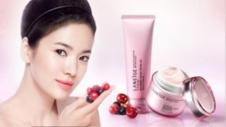 """Các ngôi sao Hàn có chế độ chăm sóc da cực kì kĩ càng. Trong một chương trình về làm đẹp, Song Hye Kyo chia sẻ:""""Sau bước tẩy da chết, tôi thường dùng các loại mặt nạ dinh dưỡng để khôi phục lại làn da mệt mỏi của mình."""""""