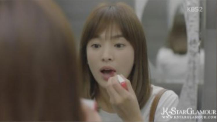 Bênh cạnh đó, cơn sốt kiểu đánh lòng môi quay trở lại với những sắc màu ngọt ngào và tự nhiên hơn bao giờ hết. Cận cảnh nàng Kang Mo Yeon sử dụng son 2 màu để tạo kiểu lòng môi trong phim.