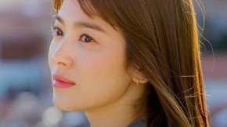 Điều khiến làn da của Song Hye Kyo trong veo như được phủ sương chính là nhờ các sản phẩm mặt nạ ngủ. Ngoài lớp mặt nạ cung cấp dưỡng chất, phụ nữ Hàn Quốc đã tập làm quen với mặt nạ ngủ phục hồi da từ rất lâu. Tuy nhiên tại khí hậu nóng ẩm của Việt Nam, các bạn gái nên cân nhắc và tìm hiểu kĩ trước khi sử dụng các loai sản phẩm này.