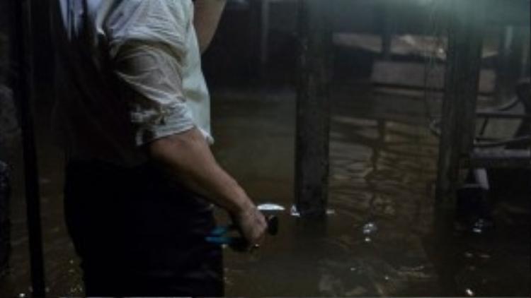 Patrick Wilson trong phân đoạn tầng hầm bị ngập nước (mô tả bên dưới).