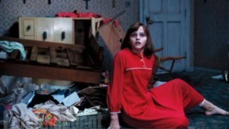 Cô bé Janet Hodgson (Madison Wolfe thủ vai) là trung tâm của sự quấy phá trong phần 2.