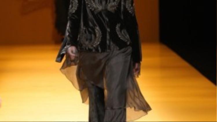 """Chia sẻ về cảm hứng của BST Haute Couture năm nay với tên gọi """"Lúa"""", anh cho biết: """"Hình ảnh người phụ nữ nông dân Việt Nam trong chiếc áo bà ba trên cánh đồng lúa, luôn tần tảo và mạnh mẽ qua các thời kì là cảm hứng cho BST No.9 lần này…"""