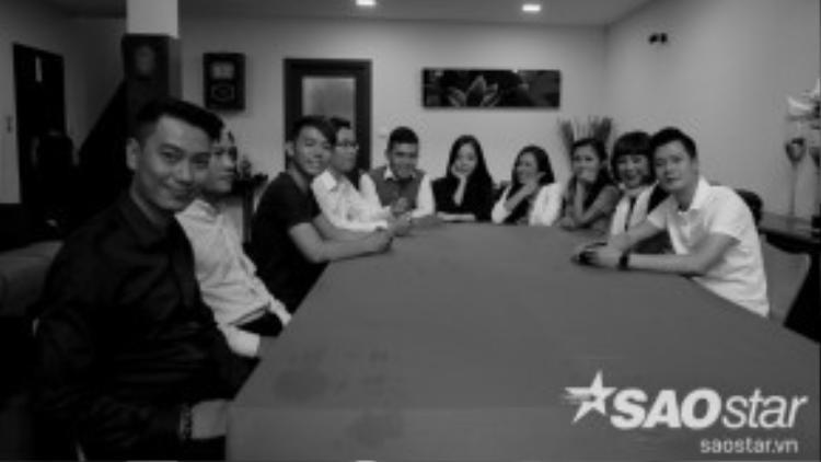 Trong không gian nhà riêng ấm cúm của HLV Quang Dũng, các thí sinh đã có buổi trò chuyện làm quen nhau thân mật.