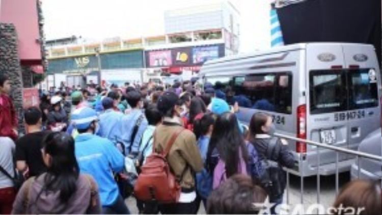 Fan vây kín khiến xe đưa đón các thành viên không thể di chuyển được.