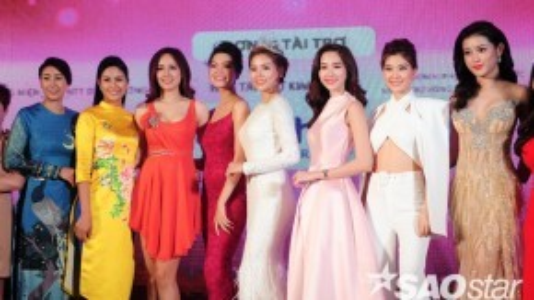 Các hoa hậu, á hậu cùng chụp ảnh với nhau sau sự kiện.
