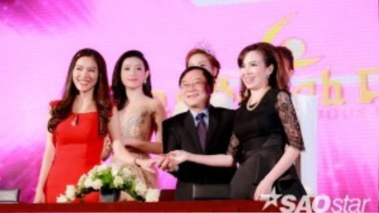 Đại diện BTC Hoa hậu Việt Nam 2016 vui vẻ bắt tay các nhà tài trợ sau buổi lễ ký kết hợp đồng trong sự kiện.