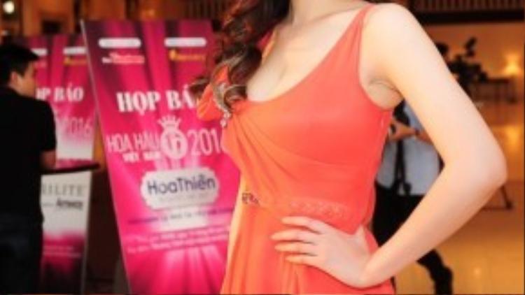 Hoa hậu Mai Phương Thúy trẻ trung với bộ cánh màu cam.