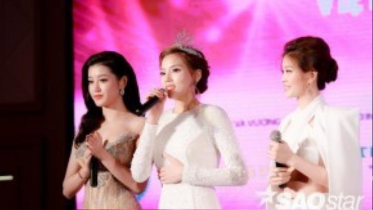 Top 3 Hoa hậu Việt Nam 2014 chia sẻ về những được mất trong hơn một năm đăng quang. Kỳ Duyên chia sẻ, cô vướng phải khá nhiều scandal ồn ào sau cuộc thi nhưng chính điều đó đã giúp bản thân trưởng thành, vững vàng hơn.